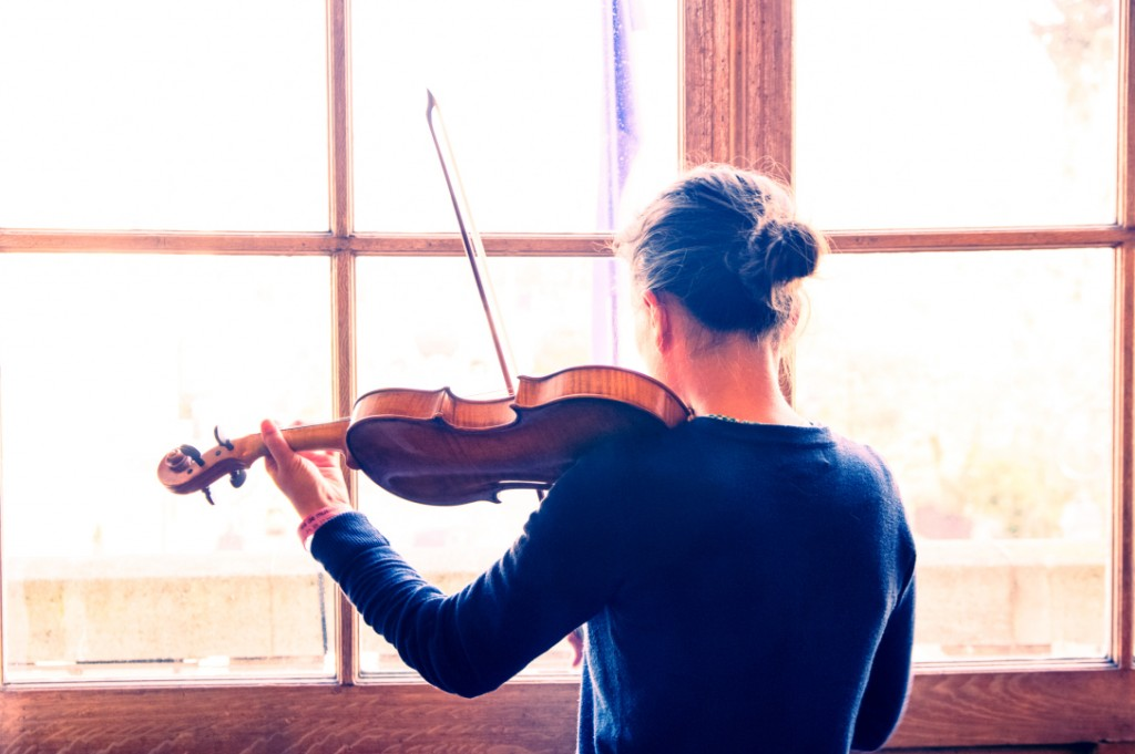 Michel-Richard-Photographe-femme-jouant-du-violon-face-a-fenêtre