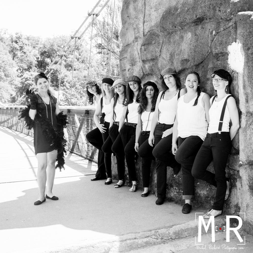 EVJF-Enterrement de Vie de Jeune Fille-Michel Richard-filles dos au mur-pont suspendu-Buttes Chaumont