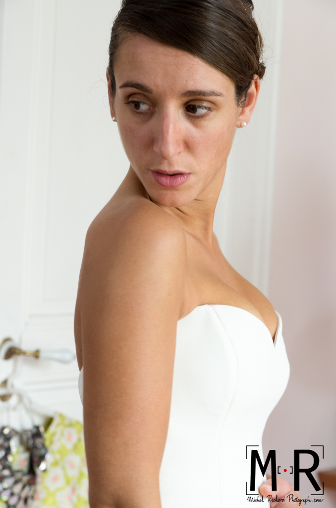 Mariage-preparatifs-mariée se regarde dans miroir-Michel-Richard