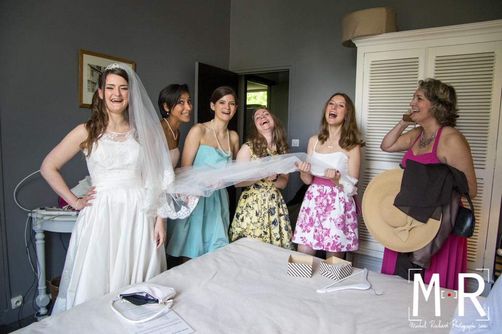 Mariage-preparatifs-voile-temoins-rire-Michel-Richard