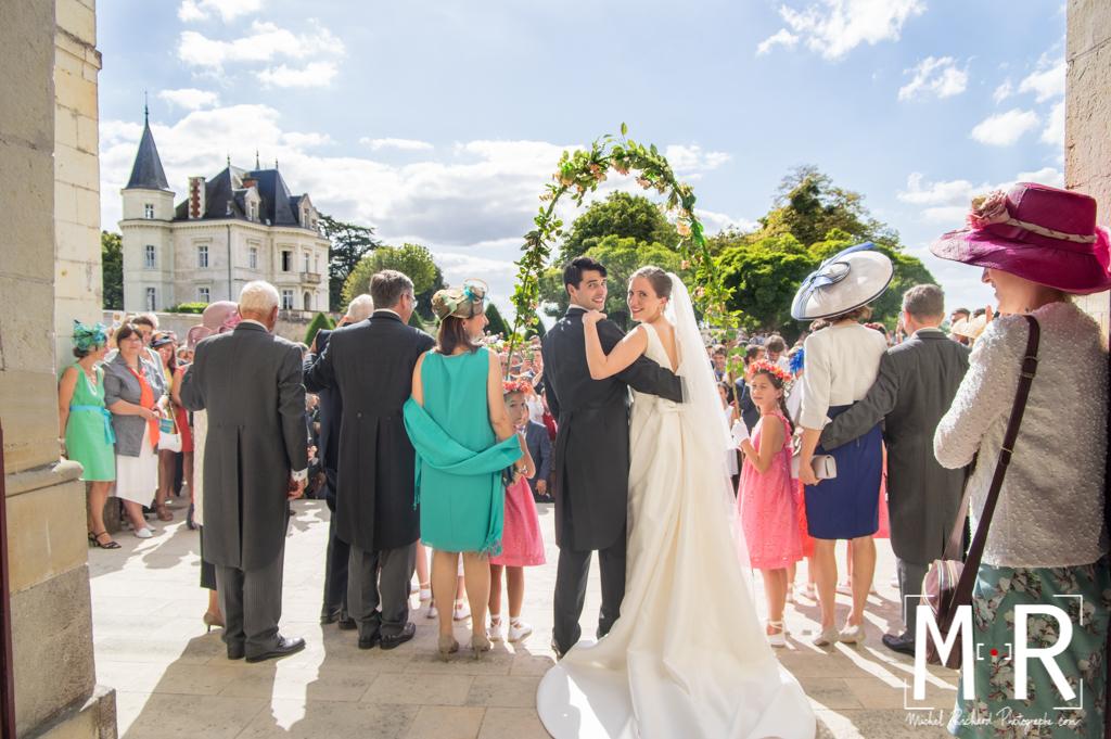 les mariés de dos se retournent à la sortie de l'église