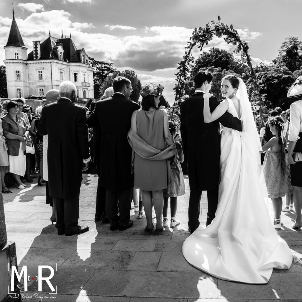 les mariés à la sortie de l'église après la messe de mariage, la mariée se retourne après la cérémonie