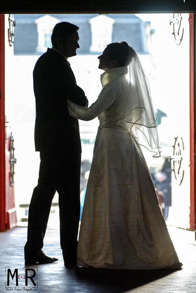 Mariage-Mariés_en_contre-jour dans église-couple-Michel-Richard