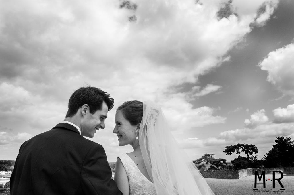Mariage-Mariés amoureux devant paysage Loire-couple-Michel-Richard
