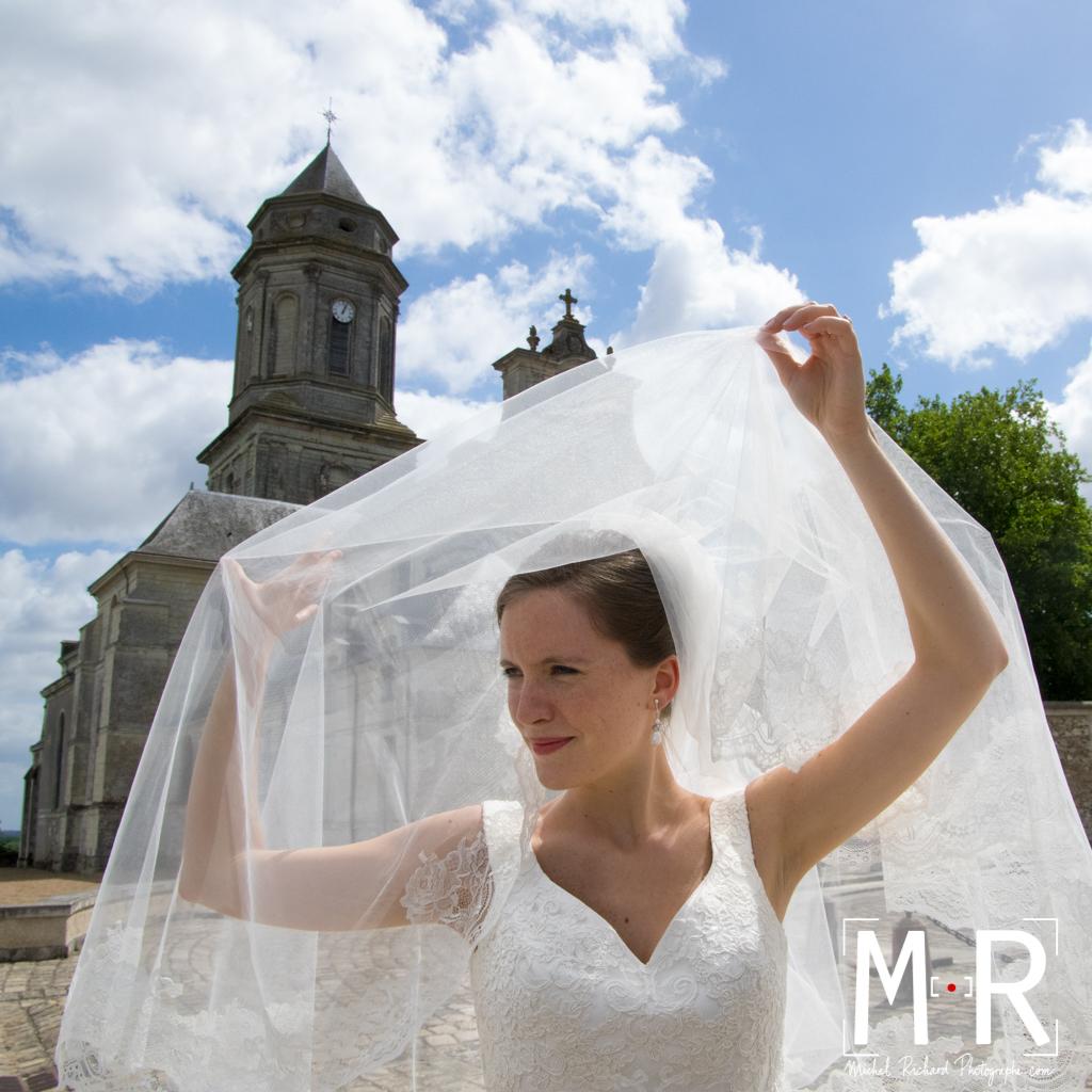 Mariage-La mariée tient son voile-couple-Michel-Richard-