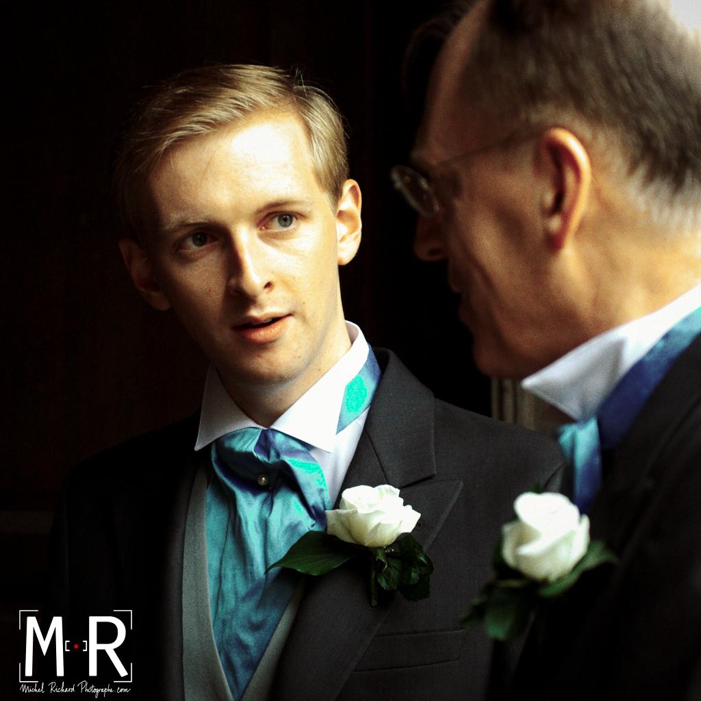 le marié regarde son père avant la cérémonie de mariage à la messe à l'église