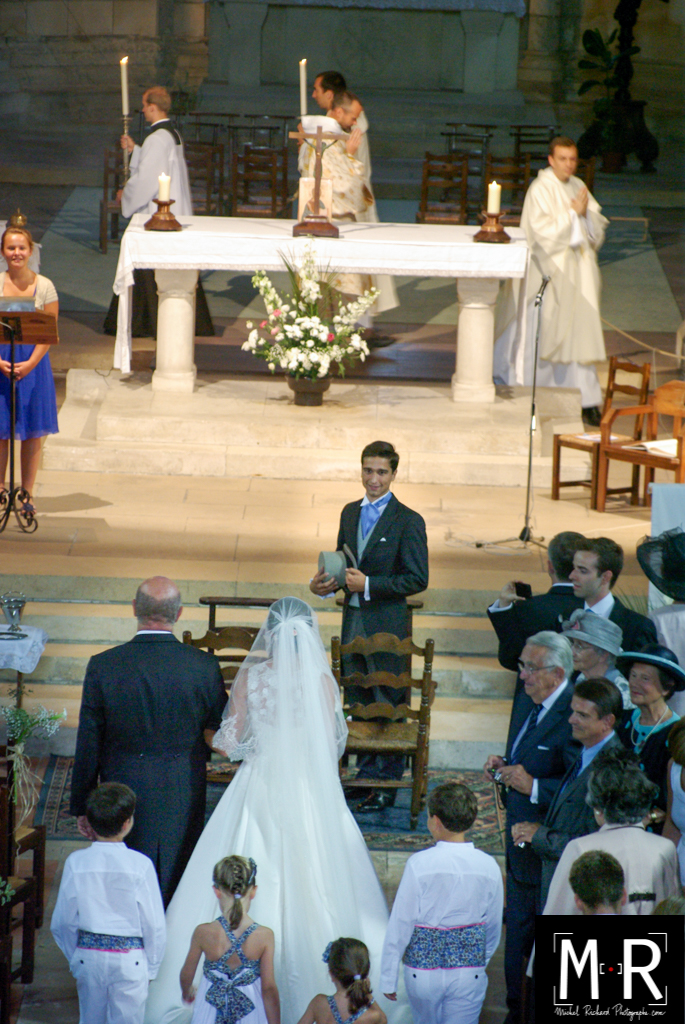 le marié à l'église voit la mariée entrer aux bras de son père. début de la cérémonie de la messe de mariage.