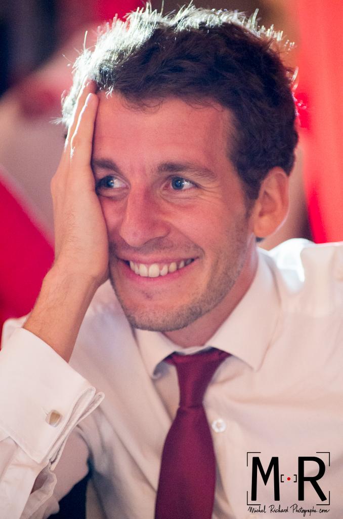 Un invité écoute le discours en riant