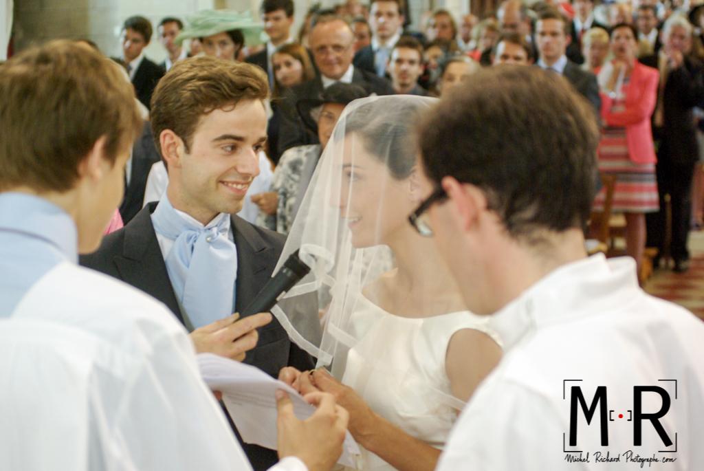 Le marié et la mariée se disent oui pendant l'échange des consentement à l'église pour la cérémonie du mariage