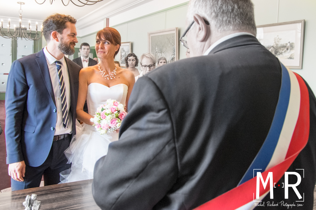 les mariés se regardent pour leur cérémonie de mariage à la mairie