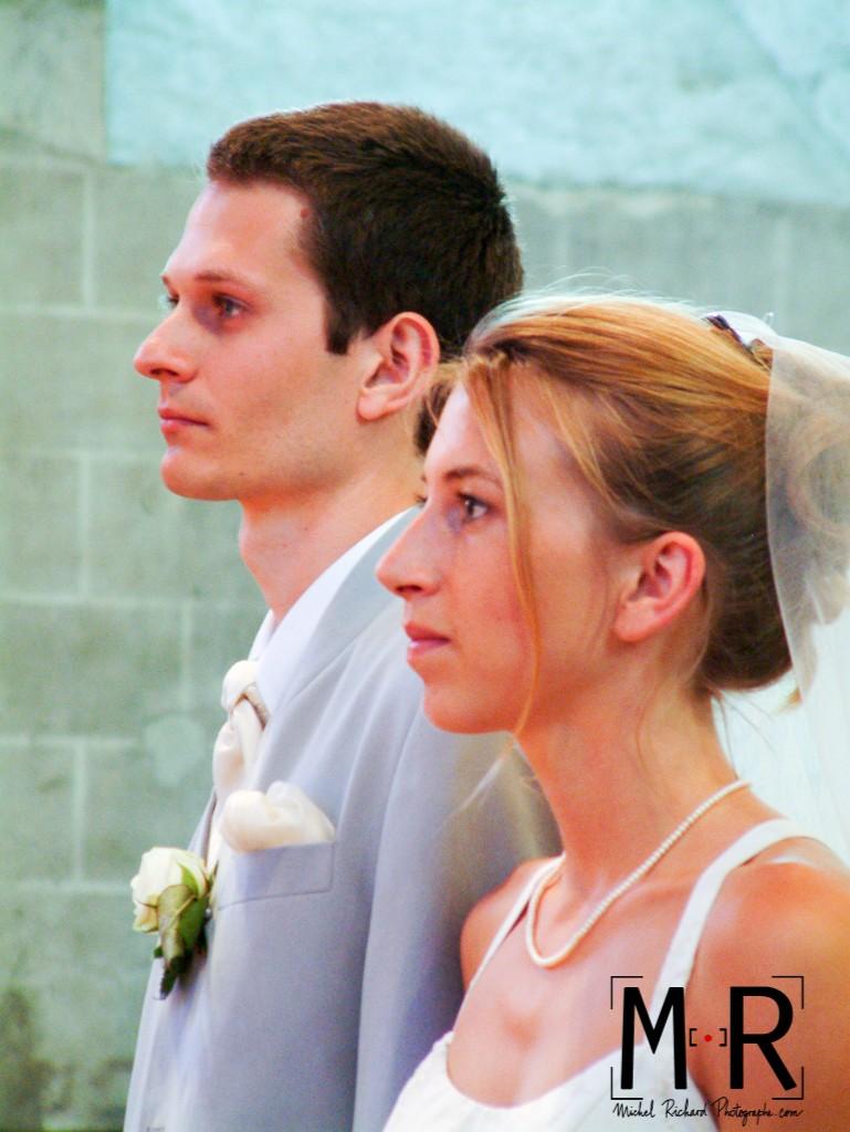 les mariés sont beaux et solennels lors de leur cérémonie de mariage à l'église pour la messe.
