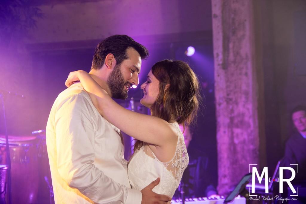 les mariés dansent un slow et se regardent amoureusement