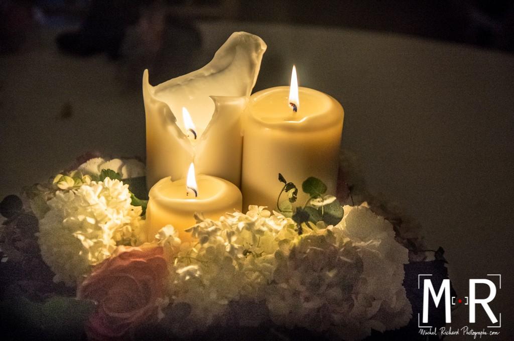 bougie et décoration florale sur la table de mariage