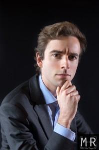 un jeune entrepreneur se tient le menton