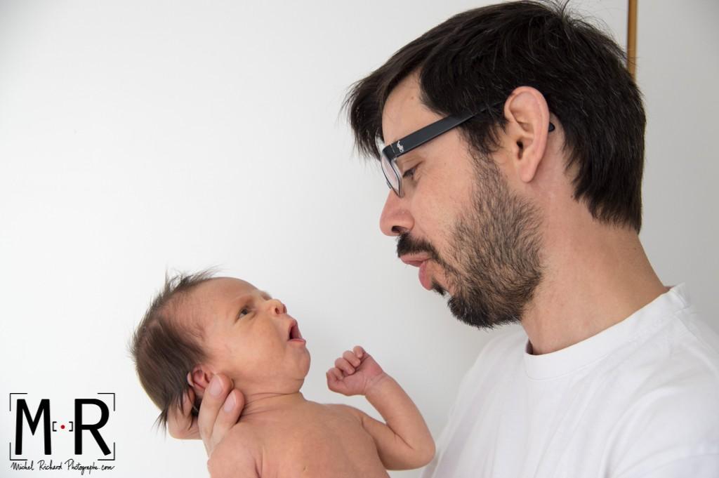 bébé et papa se parlent. le nouveau-né imite son père.