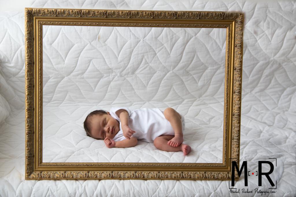 bébé dort dans un cadre doré. tableau de bébé qui dort.