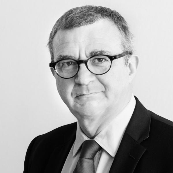 Portrait photo professionnel de secrétaire général, directeur financier, en noir et blanc