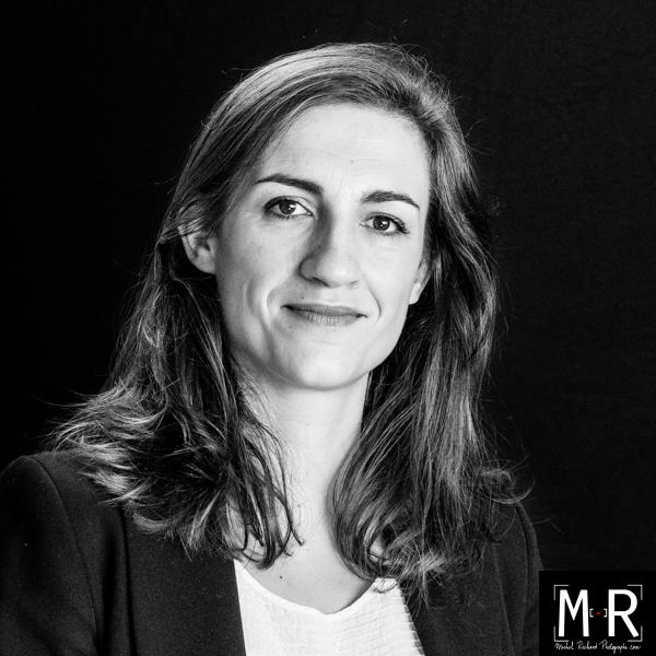 beau portrait photo professionel jeune femme en studio en noir et blanc