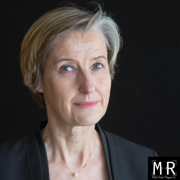 beau portrait photo professionel femme senior en studio