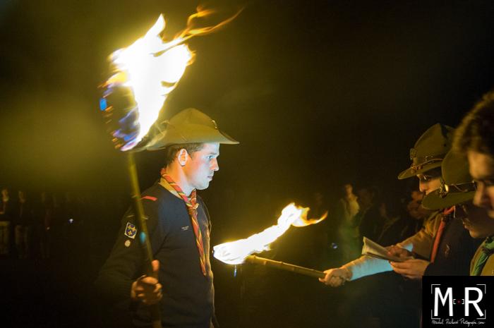 engagement routier scout la nuit avec une torche