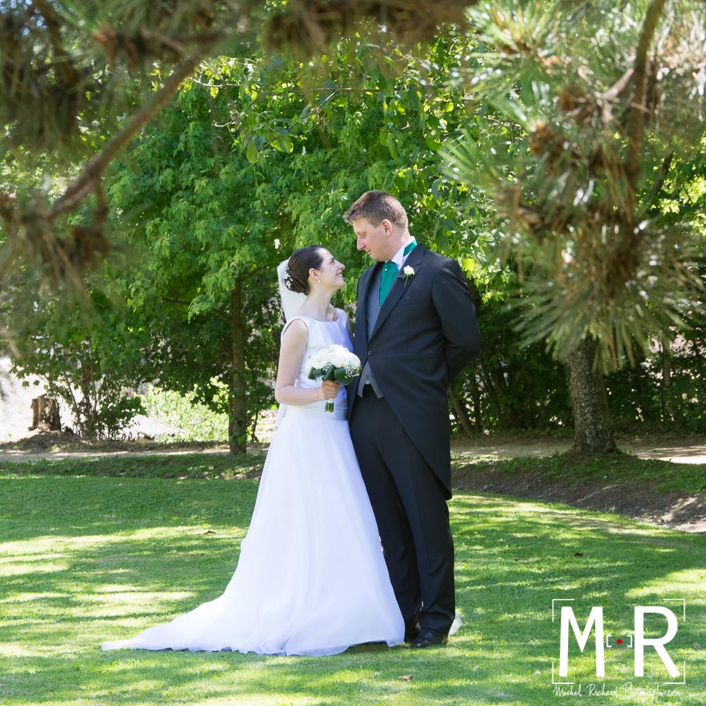 Portrait des mariés avec feuillage