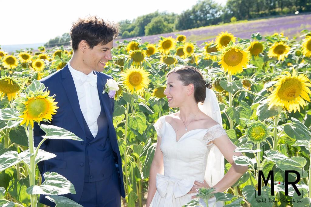 Portrait des mariés dans champ de tournesol et lavande en Provence