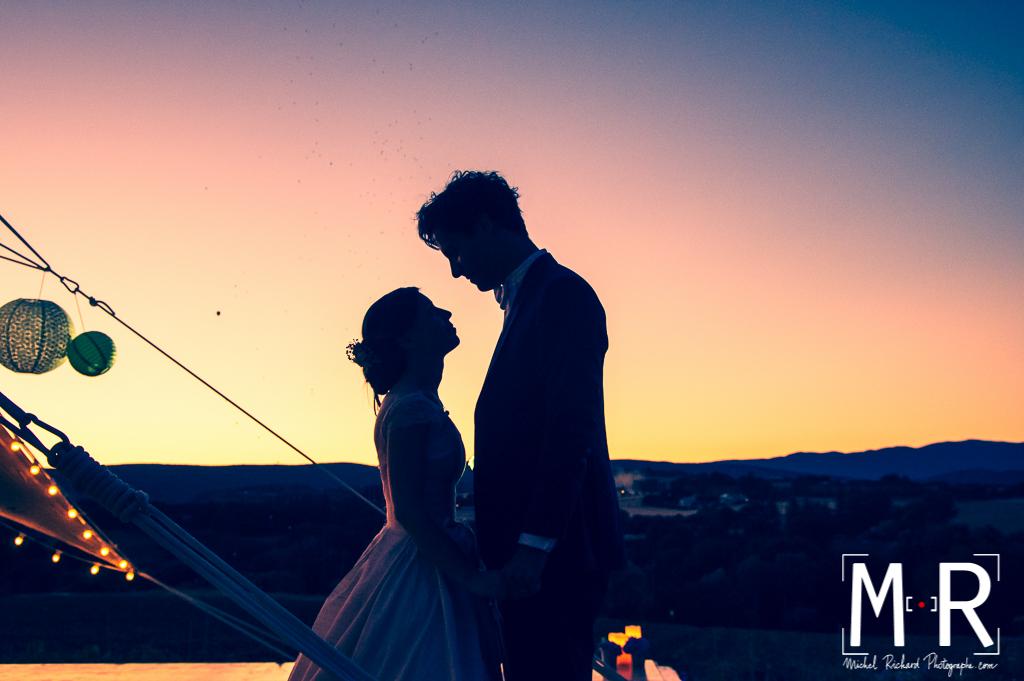 couple mariage en contrejour au crépuscule à l'heure bleue- lâcher de ballons