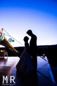 couple mariés en contrejour au crépuscule à l'heure bleue