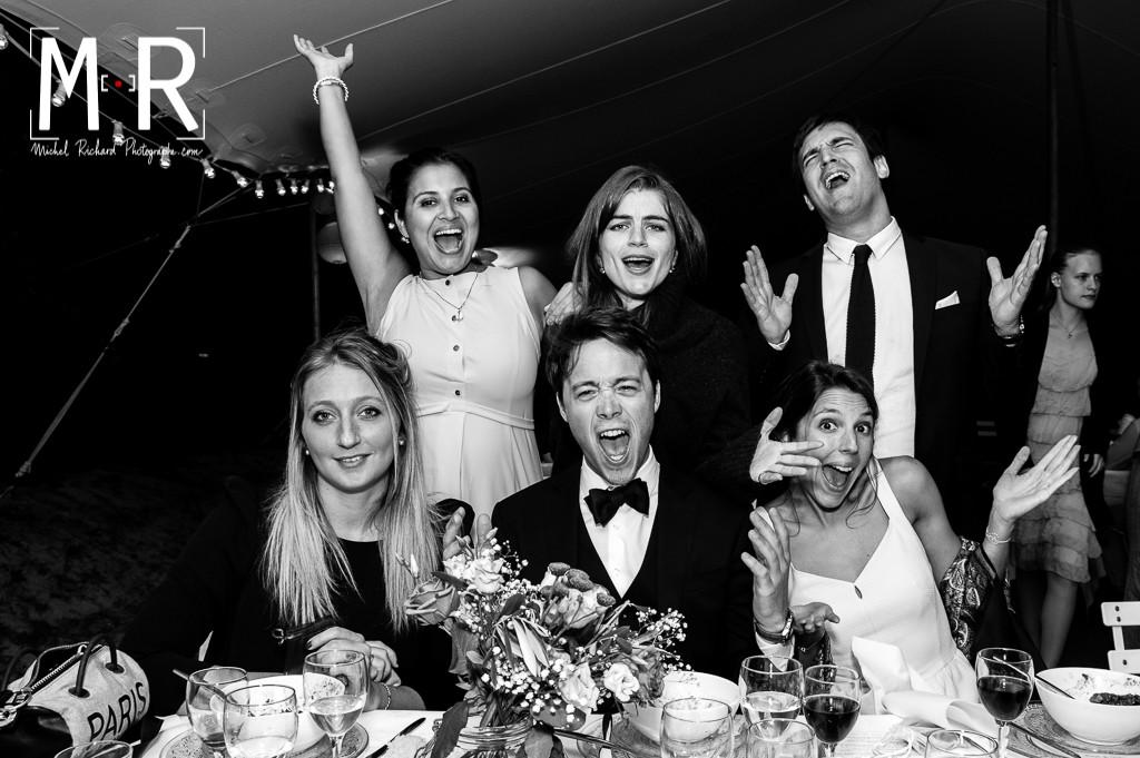 photo de table de mariage en noir et blanc et dans la joie