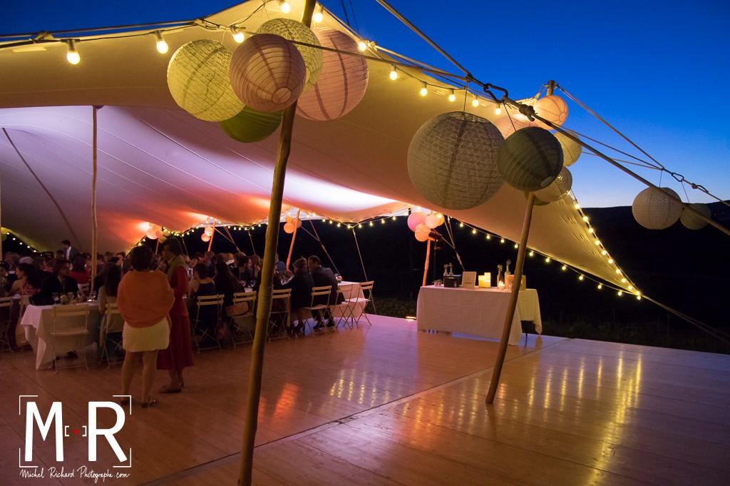 tente de mariage avec lampions en Provence- heure bleue