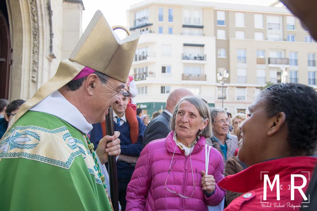 l'évêque écoute avec des paroissiennes
