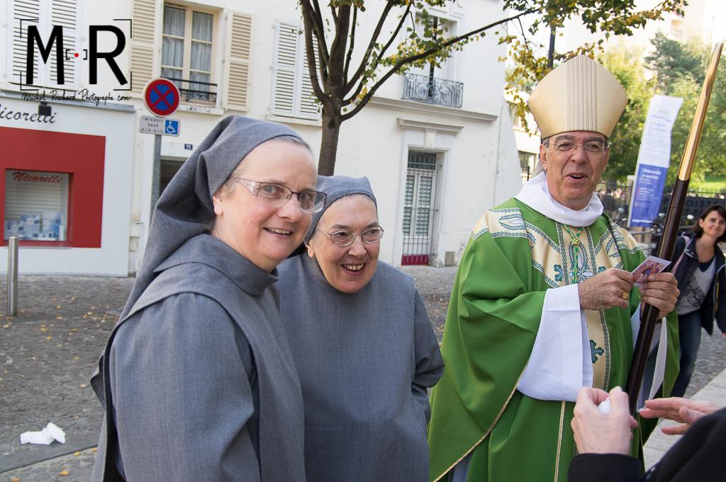 Deux soeurs bénédictines et leur évêque