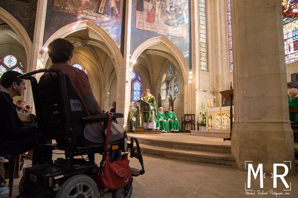 personne handicapée en fauteuil roulant écoutant la messe
