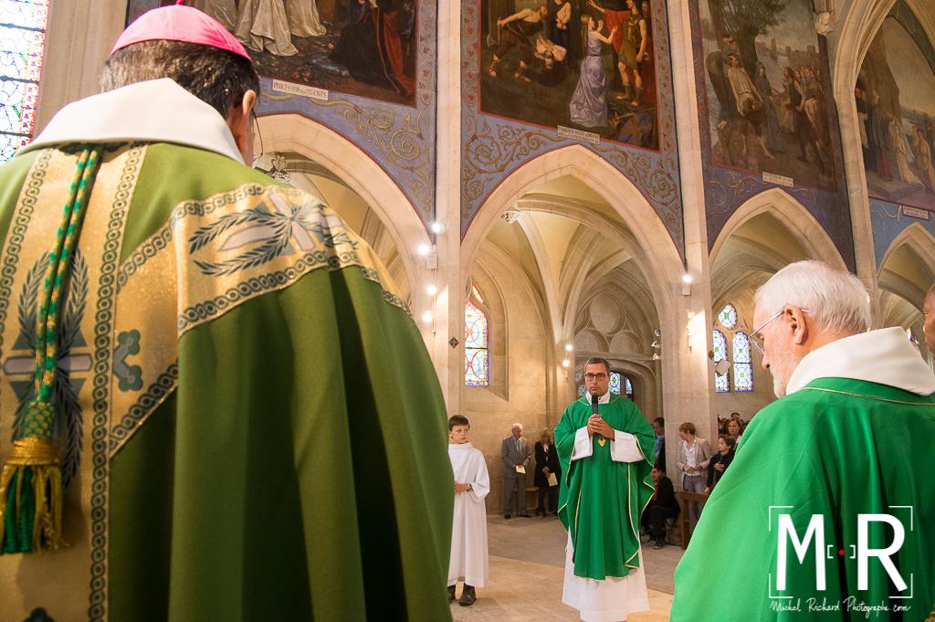l'évêque installe le nouveau curé