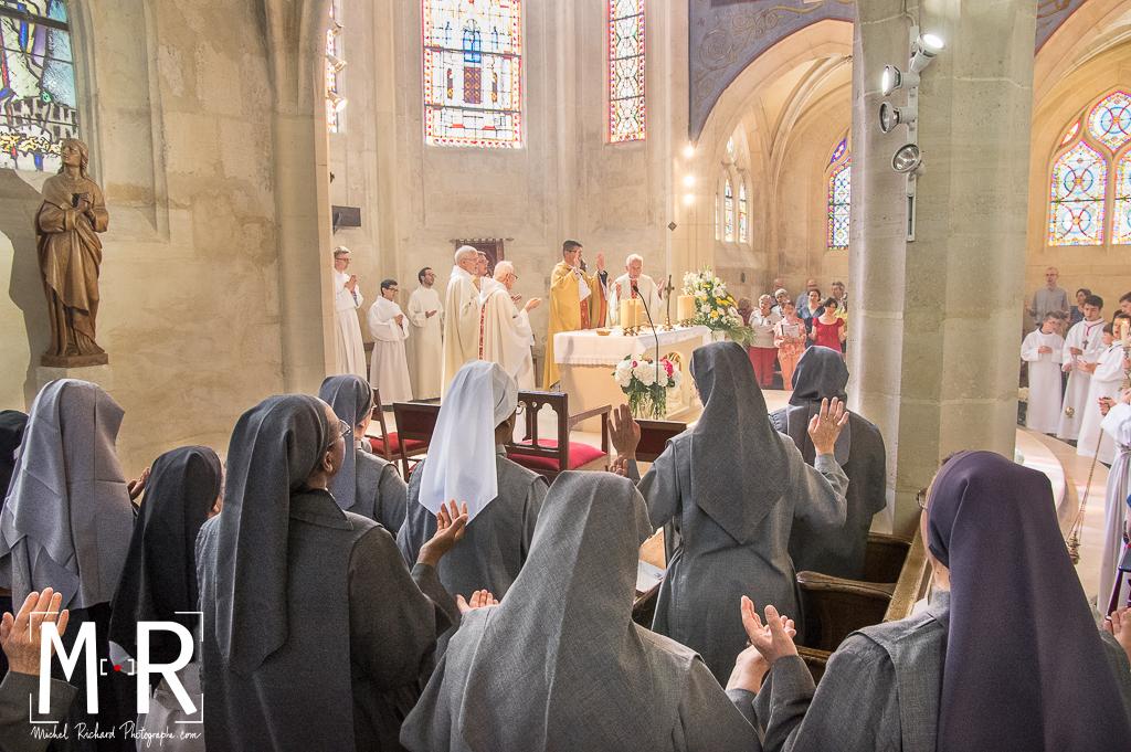 des religieuses bénédictines prient le Notre Père pendant la messe