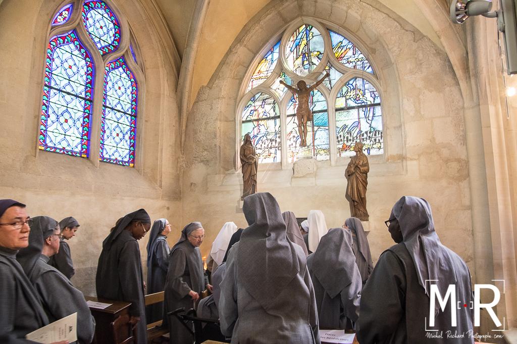 les religieuses bénédictines prient devant Jésus en croix