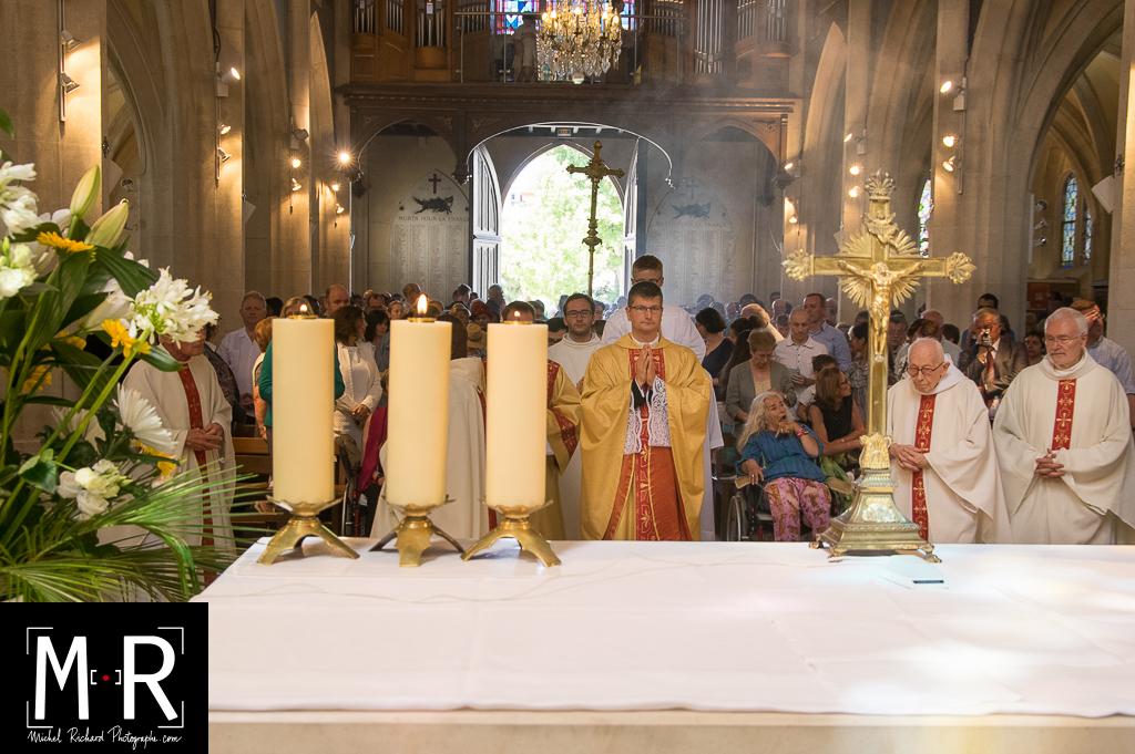 prêtres devant l'autel