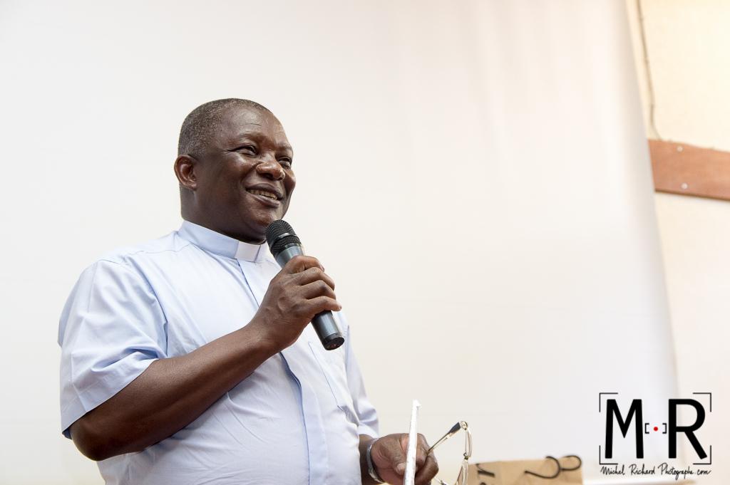 prêtre africain étudiant en paroisse en France