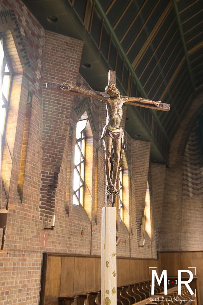 statue en bois de Jésus en croix dans un monastère