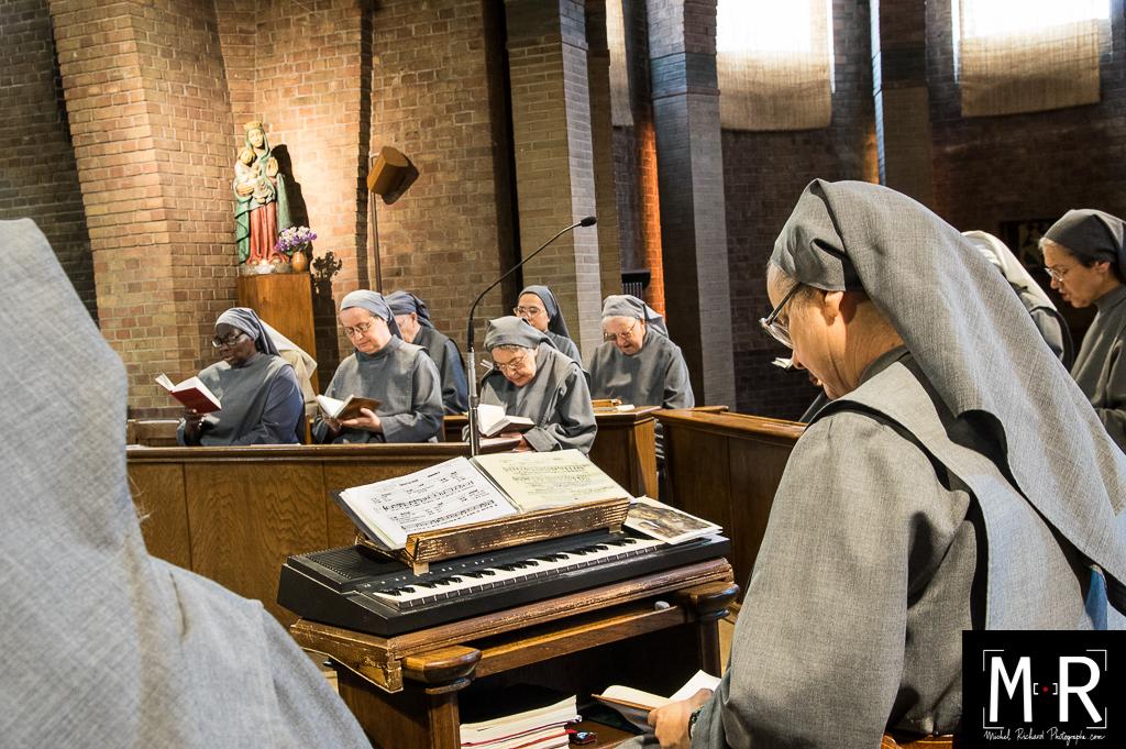 les religieuses prient en musique dans l'église du monastère