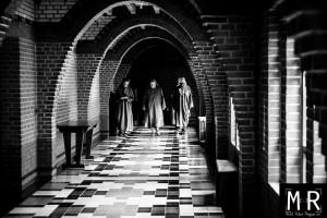 """trois bénédictines marchent dans le cloitre, façon """"reservoir dogs"""""""