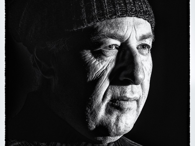 portrait d'homme au bonnet au visage buriné clair-obscur en noir et blanc - portrait au flash par le photographe de portrait à Paris Michel Richard