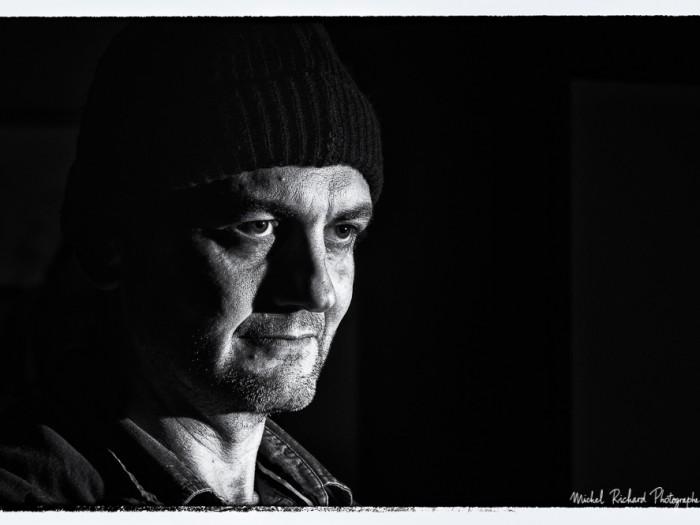 portrait d'homme au visage clair-obscur en noir et blanc flash- par le photographe de portrait à Paris Michel Richard